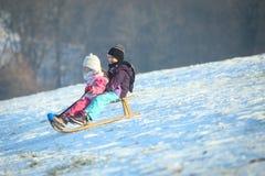 2 дет sledding на холме Стоковая Фотография RF