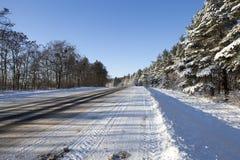 Ехать автомобили идут снег a Стоковые Изображения