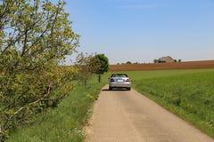 Ехать автомобиль среди полей стоковое изображение rf
