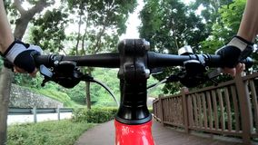 Ехать велосипед в парке акции видеоматериалы