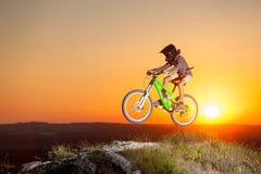 Ехать велосипедиста покатый на горном велосипеде на холме Стоковые Изображения