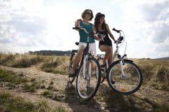 Ехать велосипед на лете Стоковые Фото