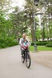 Ехать велосипед с папой Маленькая девочка, отец outdoors Стоковые Фотографии RF