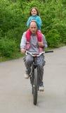 Ехать велосипед с папой Маленькая девочка, отец outdoors Стоковое Изображение