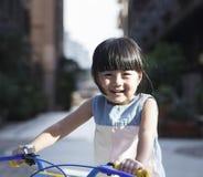 Ехать велосипед для того чтобы путешествовать Стоковые Фото