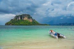 Ехать на автомобиле автостоянка корабля на пляже с штормом неба Стоковое Изображение