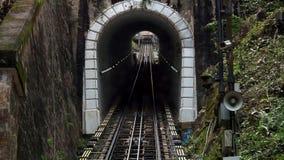 Ехать на дороге фуникулера на холме Penang, Джорджтауне, Малайзии Взгляд from inside сток-видео