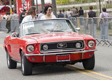 Ехать на красном автомобиле с откидным верхом Стоковое Фото