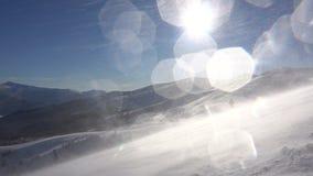 Ехать на лыжном курорте пока огромная вьюга на солнечном дне акции видеоматериалы