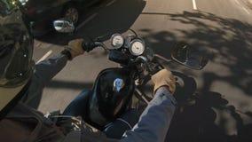 Ехать на мотоцикле в городке акции видеоматериалы