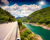 Ехать на мотоцилк над мостом через озеро Velvest Стоковая Фотография RF