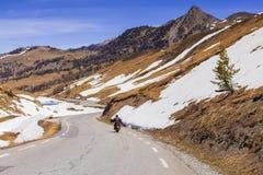 Ехать на мотоцилк Col de Vars пропуска стоковое фото rf
