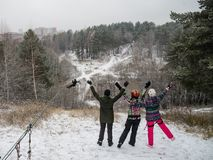 Ехать на следе вагонетки веревочки в зиме Люди имея потеху совместно Весьма и активный образ жизни стоковое изображение