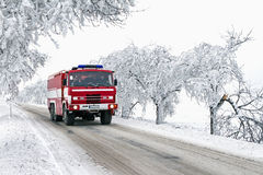 Ехать пожарная машина к резервному действию в замерзая погоде Стоковая Фотография