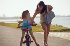 Ехать ребенок пляжа велосипеда Стоковое фото RF