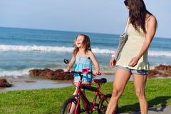 Ехать ребенок пляжа велосипеда Стоковое Изображение