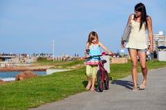 Ехать ребенок пляжа велосипеда Стоковые Фотографии RF