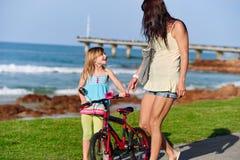 Ехать ребенок пляжа велосипеда Стоковые Фото