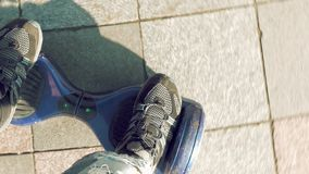 Ехать самокат электрической собственной личности hoverboard балансируя сток-видео
