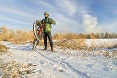Ехать тучный велосипед в зиме Стоковое фото RF