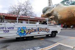 Ехать утки, Sightseeing программа путешествия города в Сиэтл, Вашингтоне стоковые изображения