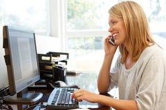 деятельность женщины типа офиса компьтер-книжки дома стола декора компьютера черного кофе ретро Стоковая Фотография RF