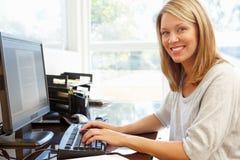 деятельность женщины типа офиса компьтер-книжки дома стола декора компьютера черного кофе ретро Стоковые Изображения RF