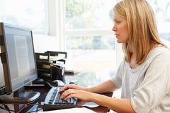 деятельность женщины типа офиса компьтер-книжки дома стола декора компьютера черного кофе ретро Стоковые Фото