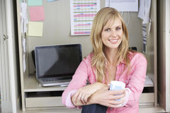 деятельность женщины типа офиса компьтер-книжки дома стола декора компьютера черного кофе ретро Стоковая Фотография