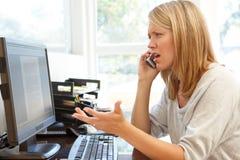 деятельность женщины типа офиса компьтер-книжки дома стола декора компьютера черного кофе ретро Стоковое Изображение RF