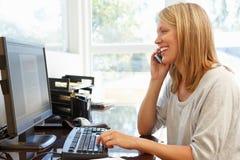 деятельность женщины типа офиса компьтер-книжки дома стола декора компьютера черного кофе ретро Стоковые Изображения