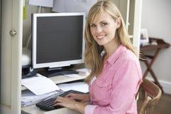 деятельность женщины типа офиса компьтер-книжки дома стола декора компьютера черного кофе ретро Стоковое Изображение