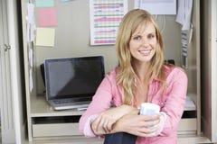 деятельность женщины типа офиса компьтер-книжки дома стола декора компьютера черного кофе ретро Стоковые Фотографии RF