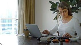 деятельность женщины типа офиса компьтер-книжки дома стола декора компьютера черного кофе ретро видеоматериал
