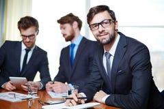 деятельность компьтер-книжки мобильного телефона бизнесмена предпосылки белая Стоковое фото RF
