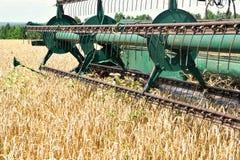 деятельность пшеницы жатки поля зернокомбайна Стоковая Фотография