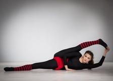 делать гимнастику девушки Стоковые Изображения