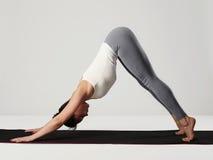 делать детенышей йоги женщины тренировок спорт девушки здоровый Стоковые Изображения RF