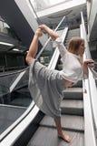 делать детенышей йоги женщины Урбанская йога делать йогу женщины Стоковое фото RF