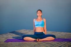делать йогу девушки тренировки Стоковые Фотографии RF
