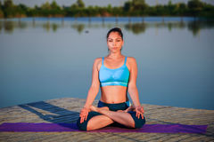 делать йогу девушки тренировки Стоковые Изображения RF