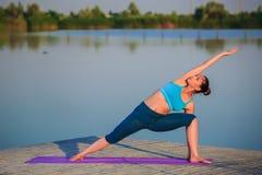 делать йогу девушки тренировки Стоковая Фотография