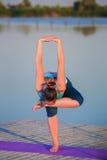 делать йогу девушки тренировки Стоковое Изображение RF