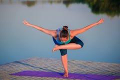делать йогу девушки тренировки Стоковое фото RF