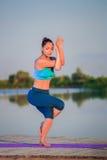 делать йогу девушки тренировки Стоковое Изображение