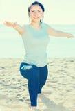 делать йогу девушки Стоковые Изображения