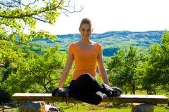 делать йогу девушки outdoors Стоковая Фотография