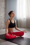 делать йогу женщины тренировки Стоковое фото RF