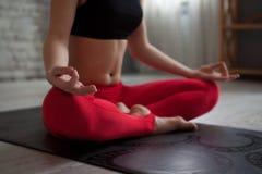 делать йогу женщины тренировки Стоковые Изображения