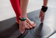 делать йогу женщины тренировки Стоковые Изображения RF
